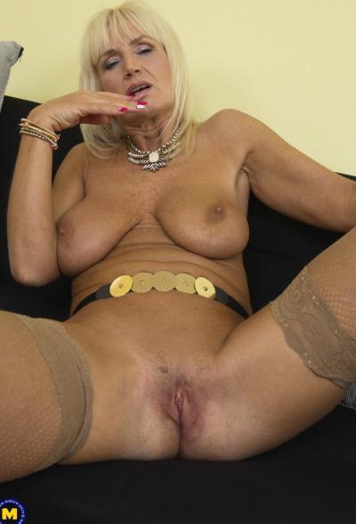 Старая блондинка мастубирует пальцем и самотыком 11 фото