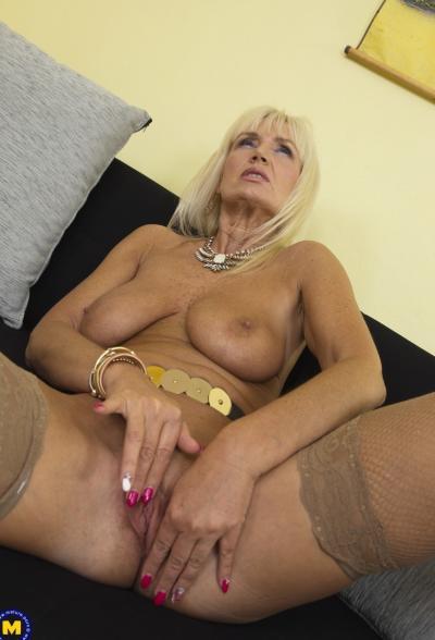 Старая блондинка мастубирует пальцем и самотыком 12 фото