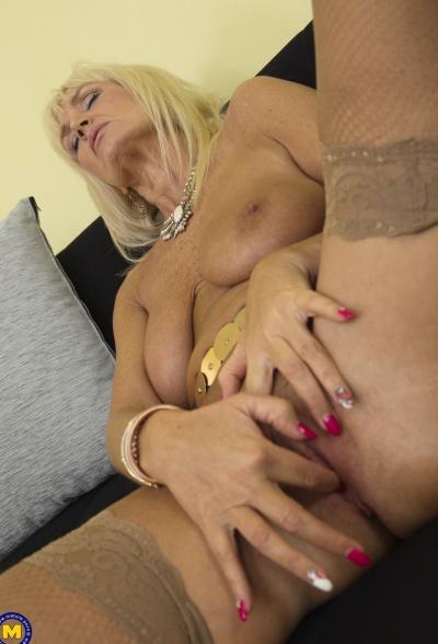 Старая блондинка мастубирует пальцем и самотыком 13 фото