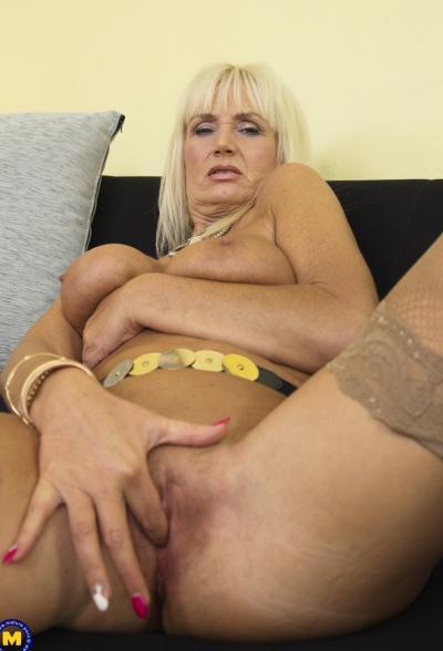 Старая блондинка мастубирует пальцем и самотыком 14 фото