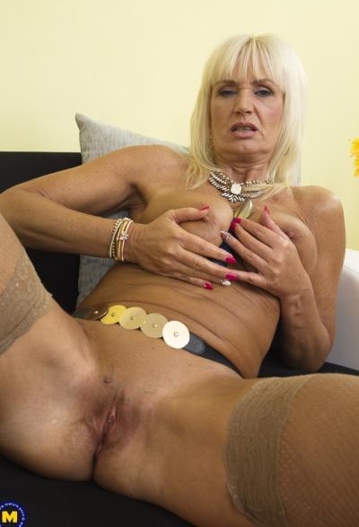 Старая блондинка мастубирует пальцем и самотыком 15 фото