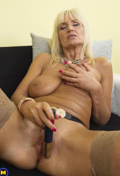 Старая блондинка мастубирует пальцем и самотыком 16 фото