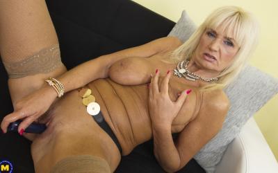 Старая блондинка мастубирует пальцем и самотыком 17 фото