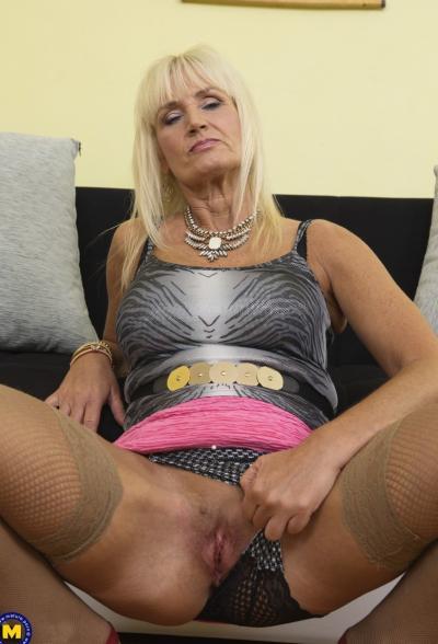Старая блондинка мастубирует пальцем и самотыком 2 фото