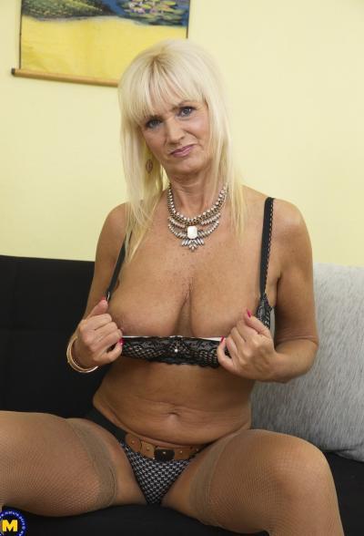 Старая блондинка мастубирует пальцем и самотыком 5 фото