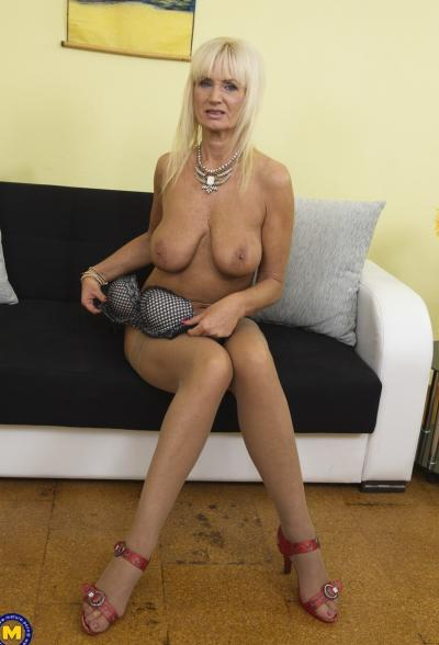 Старая блондинка мастубирует пальцем и самотыком 6 фото