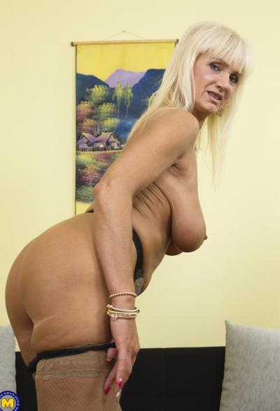 Старая блондинка мастубирует пальцем и самотыком 7 фото