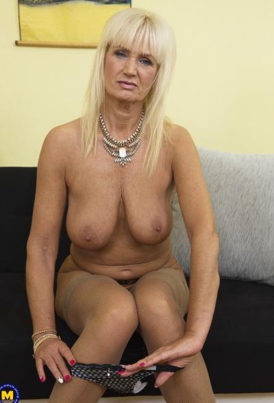 Старая блондинка мастубирует пальцем и самотыком 8 фото