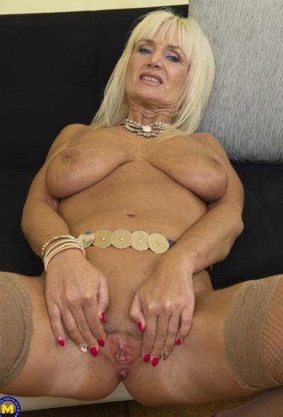 Старая блондинка мастубирует пальцем и самотыком 9 фото