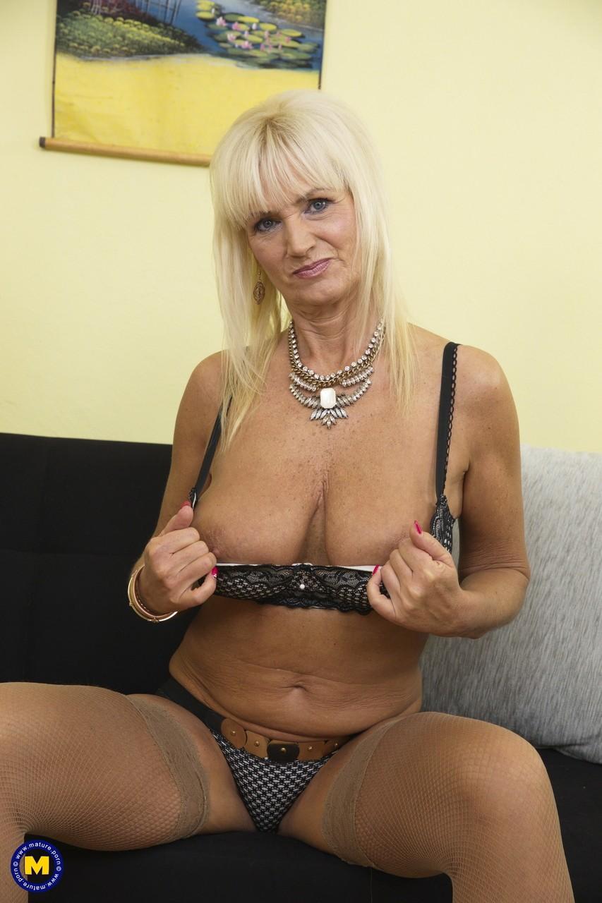 Старая блондинка мастубирует пальцем и самотыком - Порно Фото