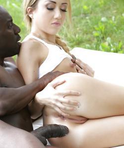 Негр трахает красивую блондинку в анал