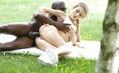Негр трахает красивую блондинку в анал 10 фото