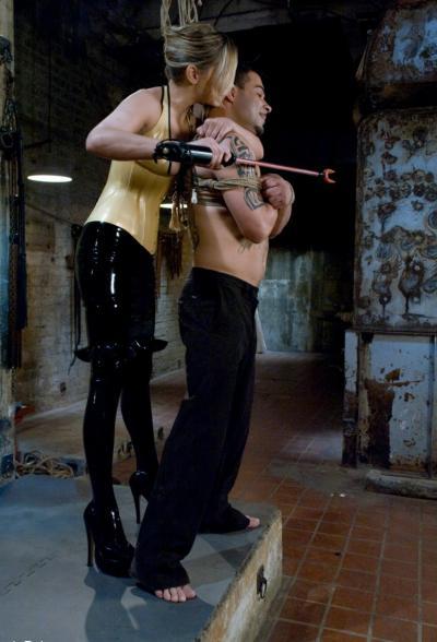 Сексуальная милфа насилует мужлана 4 фото