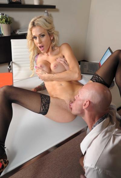 Лысый бизнесмен трахнул сексуальную клиентку 10 фото