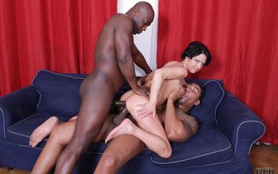 Два больших черных члена в зрелой жене 10 фото