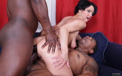 Два больших черных члена в зрелой жене 11 фото