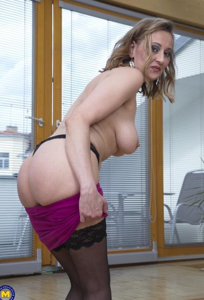 Зрелая блондинка пихает в вагину дилдо 10 фото
