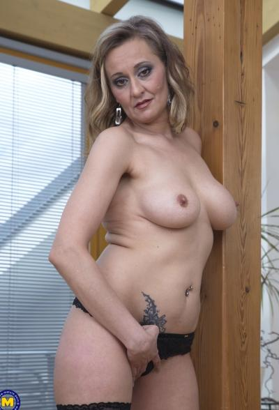 Зрелая блондинка пихает в вагину дилдо 11 фото