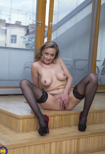 Зрелая блондинка пихает в вагину дилдо 13 фото
