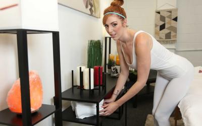 Рыжая дама разделась для массажа киски 18 фото