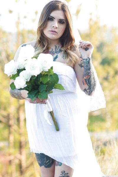 Голая пышная девушка в татуировках 2 фото