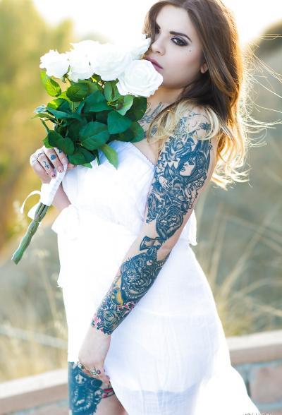 Голая пышная девушка в татуировках 3 фото