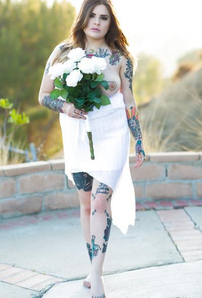 Голая пышная девушка в татуировках 4 фото