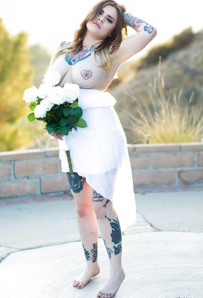 Голая пышная девушка в татуировках 6 фото