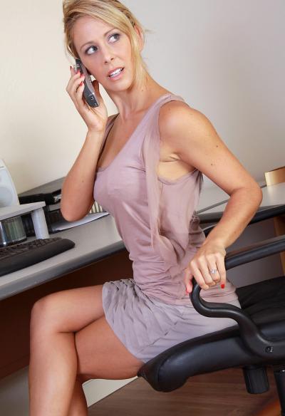 Собеседник возбудил секретаршу по телефону 2 фото