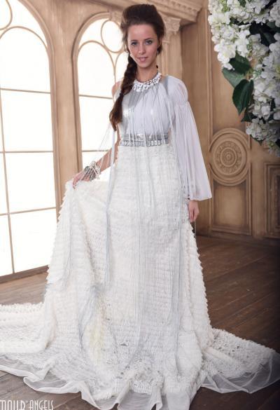 Длинноногая красотка сняла белое платье 1 фото