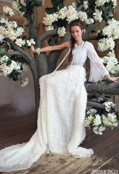 Длинноногая красотка сняла белое платье 2 фото