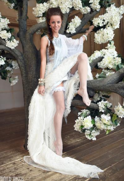Длинноногая красотка сняла белое платье 3 фото