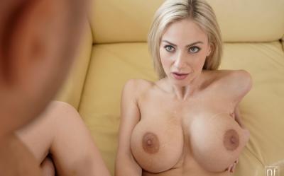 Грудастая блонда трахается с новым ухажером 16 фото
