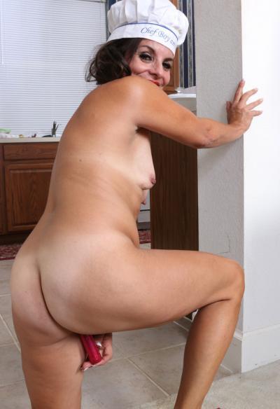 Зрелая повариха мастурбирует на кухне 14 фото