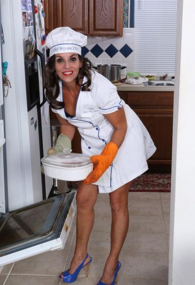Зрелая повариха мастурбирует на кухне 2 фото