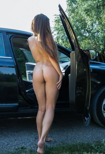 Голая молодая девушка в машине 2 фото