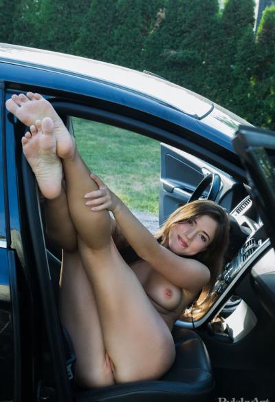 Голая молодая девушка в машине 8 фото