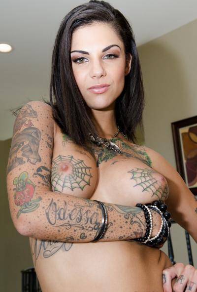 Ловелас трахает татуированную шлюху и подругу 2 фото