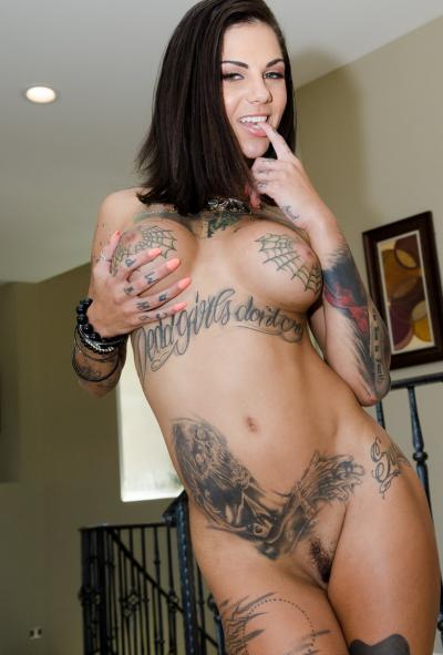 Ловелас трахает татуированную шлюху и подругу 3 фото