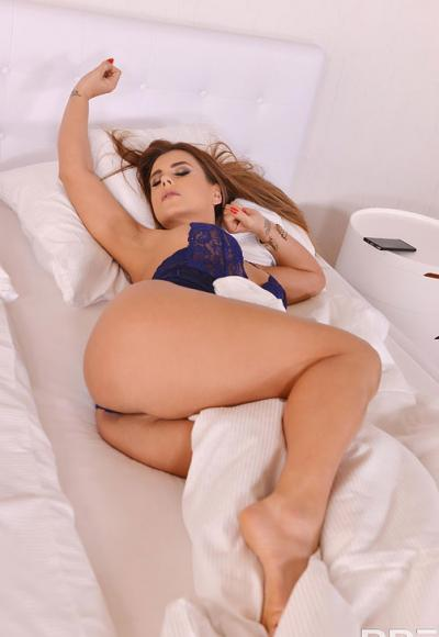 Рыжая дама мастурбирует вагину вибратором 1 фото