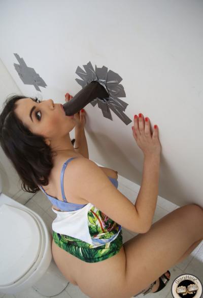 Девушка трахает член через стену туалета 10 фото