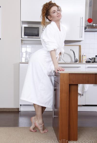 Муж трахает жену в жопу на кухне 1 фото