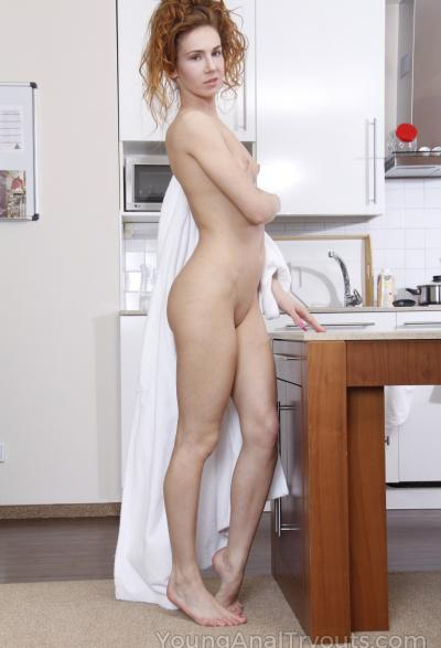 Муж трахает жену в жопу на кухне 2 фото