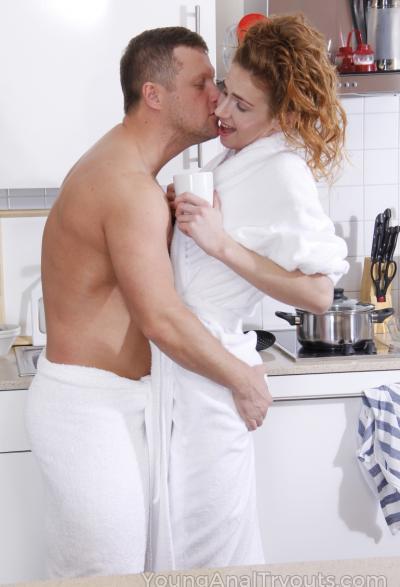 Муж трахает жену в жопу на кухне 4 фото