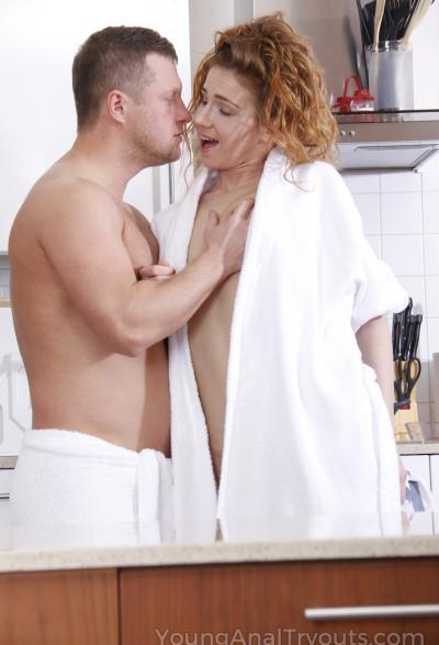 Муж трахает жену в жопу на кухне 5 фото