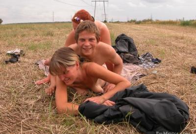 Секс втроем в поле 13 фото