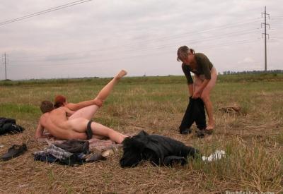 Секс втроем в поле 2 фото