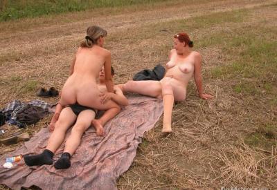 Секс втроем в поле 4 фото