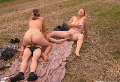 Секс втроем в поле 6 фото