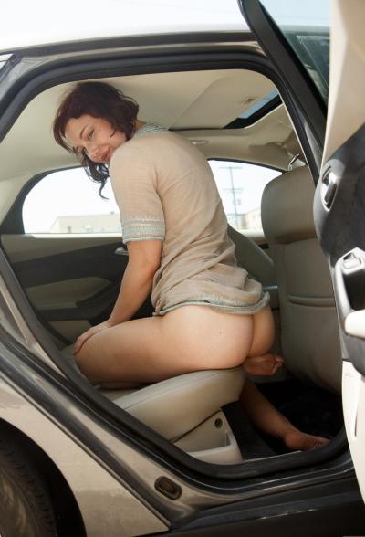 Рыжая девушка Spencer Bisson мастурбирует в машине 10 фото
